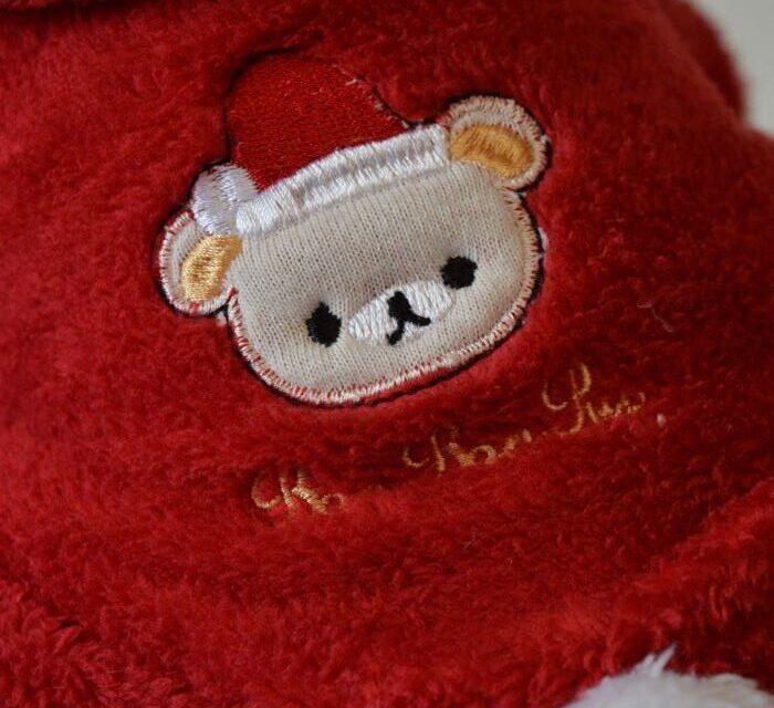 Piros kapucnis kutyaruha fehér pomponnal 2